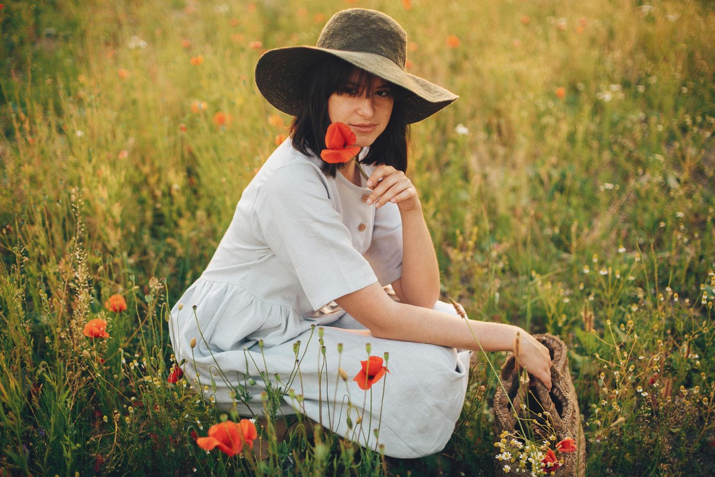 Frau in Leinenkleid, Blumenwiese, Mohnblumen