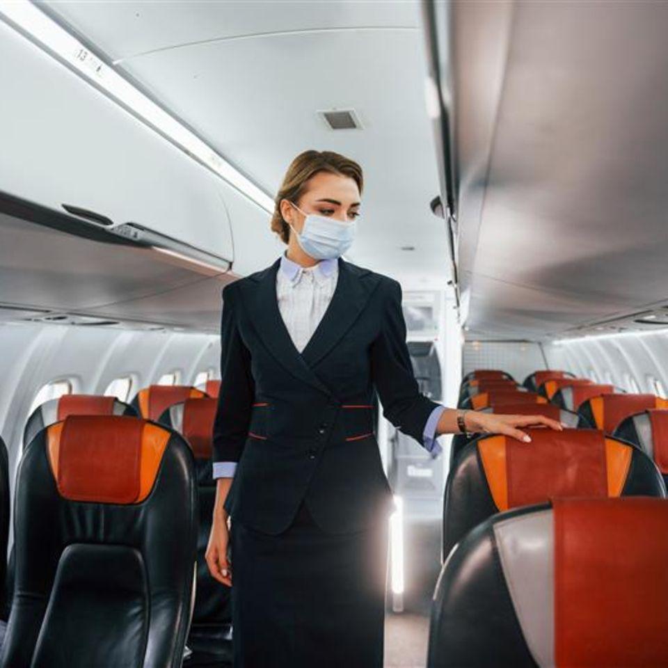 Flugbegleiter rät: Flugbegleiterin im Flugzeug