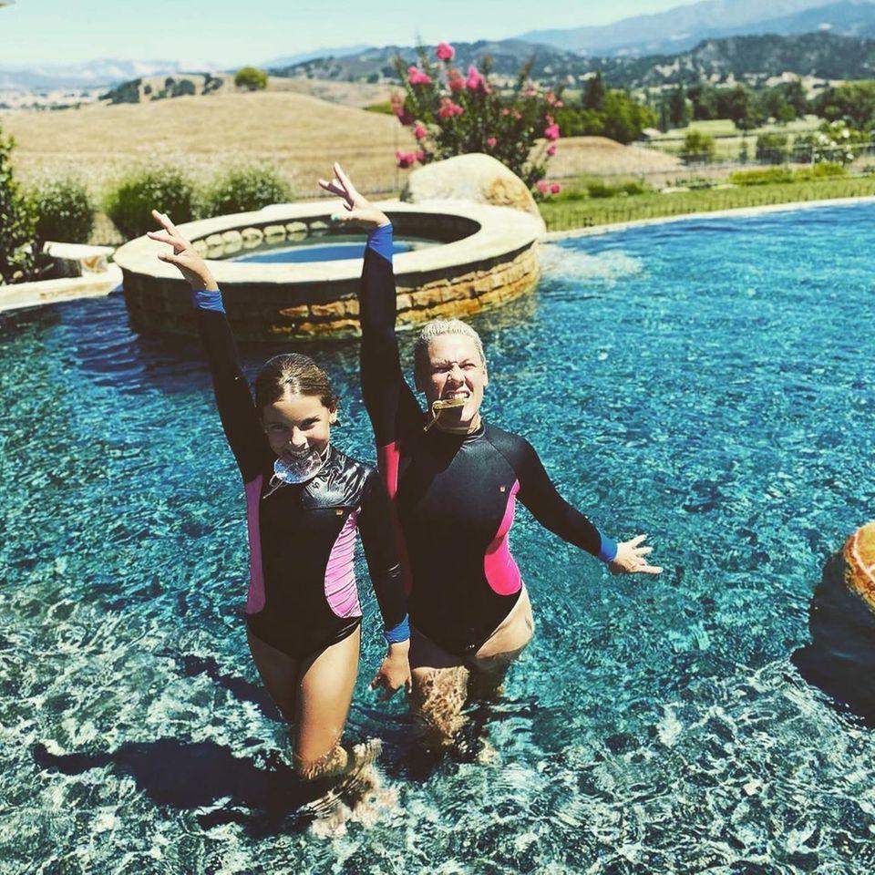 Promikinder: Pink mit Tochter Willow im Pool