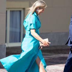 Beim Empfangen derOlympiasieger in Den Haag hat Königin Máxima mächtig mit ihrem Luxuskleid von Natan Couture zu kämpfen. Das türkisfarbene Kleid hat nämlich einen gefährlich hohen Beinschlitz. Doch die sympathische Königin wäre nicht sie selbst, wenn sie dieses Malheur mit einem freundlichen Lächeln überspielen würde – da können wir uns etwas abschauen.