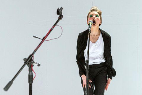 Kunstnothilfe: Teja Vaittinen auf der Bühne