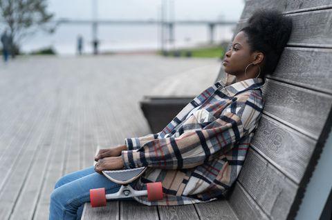 Psychologie: Eine Frau mit Skateboard