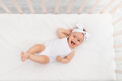 Kindernamen: Baby lacht fröhlich in die Kamera