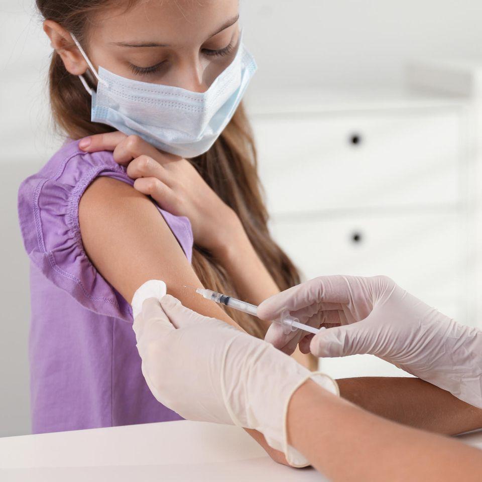 Corona-Impfung: Mädchen wird von Ärztin geimpft