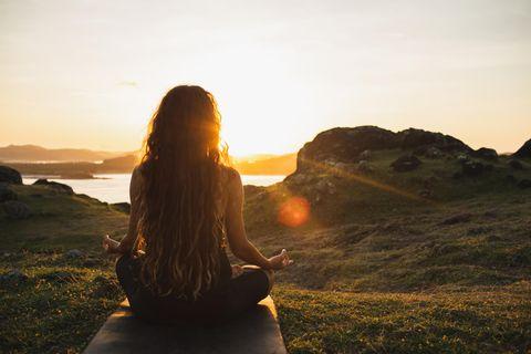 Psychologie: Eine Frau meditiert