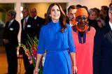 """In diesem royalblauen Look strahlt Kronprinzessin Mary bei einem offiziellen Termin in Dänemark. Das Besondere: Sie trägt kein Kleid, sondern einen Jumpsuit des skandinavischen LabelsOle YDE Copenhagen. Durch den schmalen Gürtel wirkt ihr Outfit elegant und feminin. Dazu kombiniert sie Pumps im passenden Farbton und um das Handgelenk trägt sie das ikonische """"Love Bracelet"""" von Cartier."""