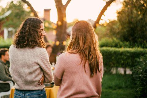 Zwei Frauen unterhalten sich im Garten