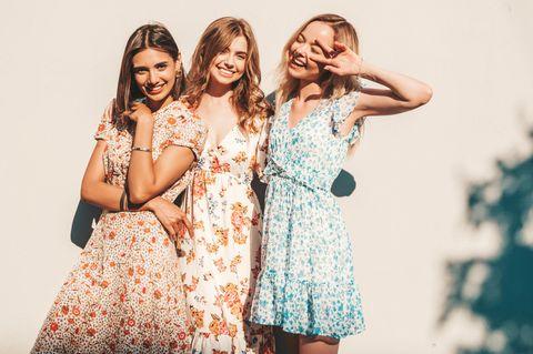 Sommerkleider-Trend 2021: Drei Frauen im Sommerkleid, Sommerkleider mit Blumen und Muster