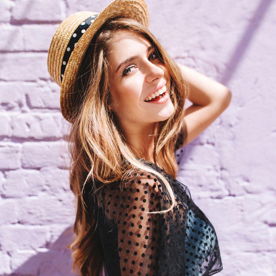 Mehr Gelassenheit: Glückliche Frau mit Hut