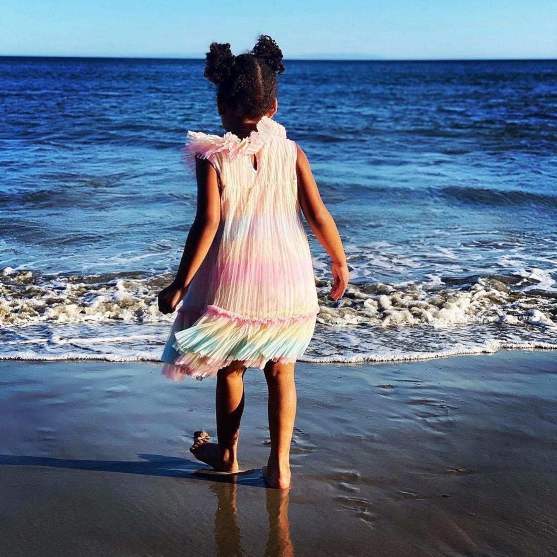 Beyoncés Zwilling Rumi am Strand