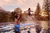 Auszeit: Waynee Carpendale mit Sohn Mads im Pool