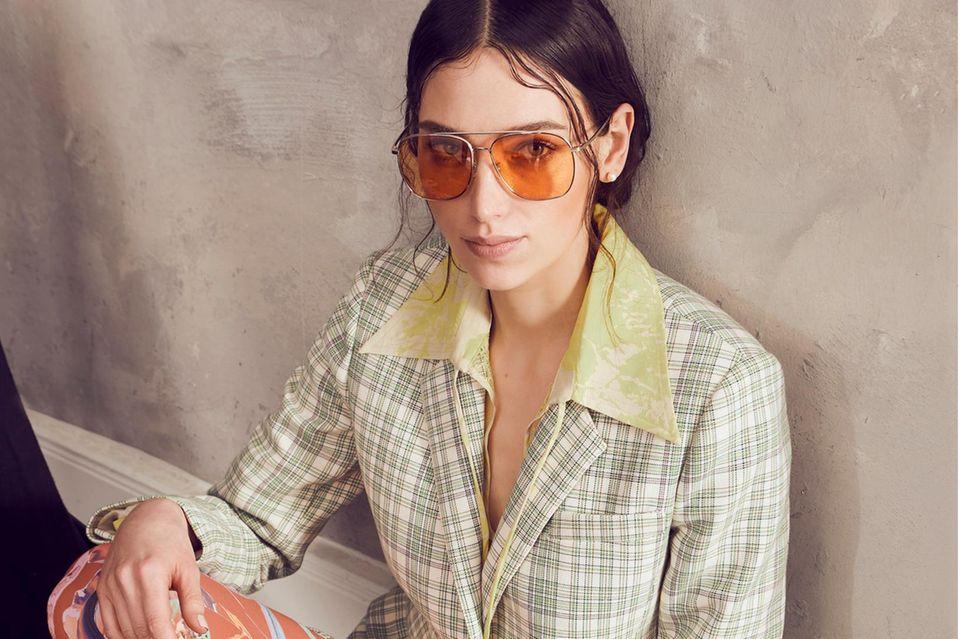 Mustermix: Fashion No-Go oder Trend? Frau sitzt auf Boden