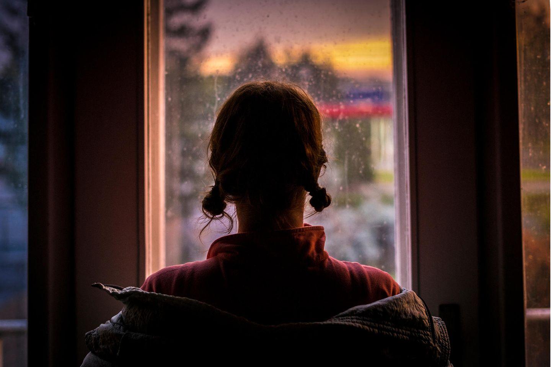 Psychologie: Mädchen schaut auf dem Fenster