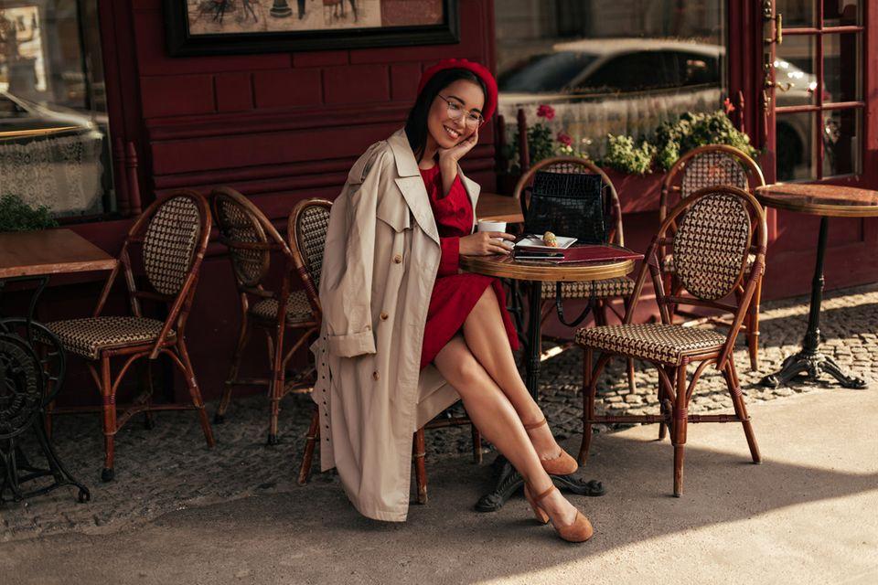 #anyoccasiondress: Frau sitzt im Kleid im Café