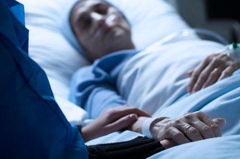 Frau erwacht aus Koma: Patientin liegt in Krankenhausbett
