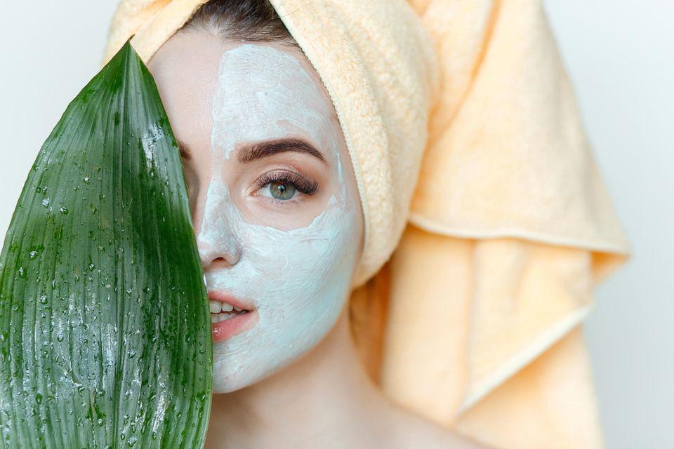 Frau mit Maske, pflegende Gesichtsmaske auf der Haut