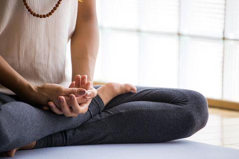Meditation für Anfänger: Frau beim Meditieren