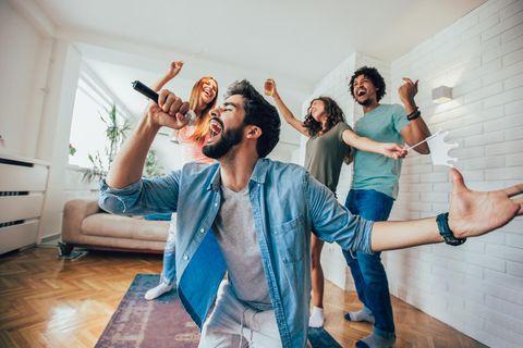Singen macht glücklich: Freunde beim Singen