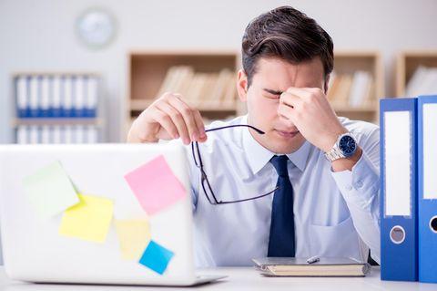 Mittagstief: Müder Mann im Büro