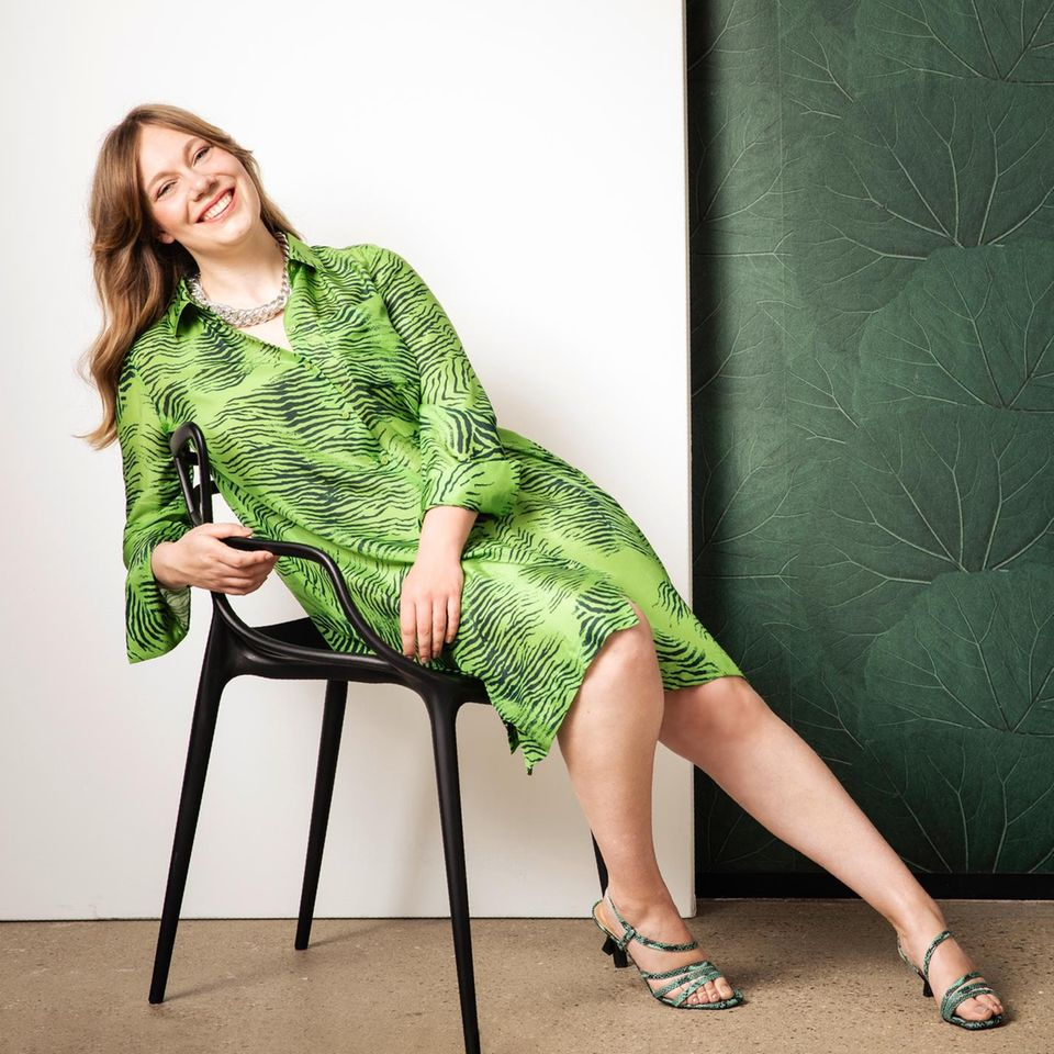 Safari-Looks: Janet in grünem  Kleid mit Tigermuster
