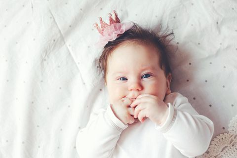 Royale Babynamen: Baby mit Krone