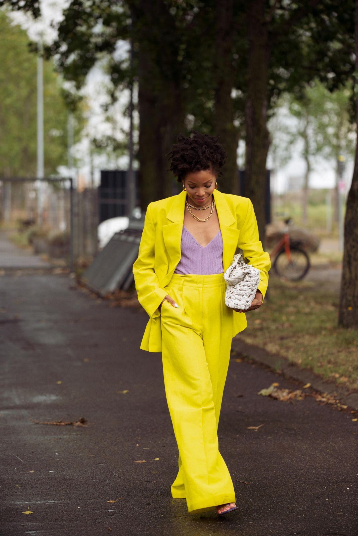 Elizabeth Delphine posiert in ihrem gelben Anzug für die Fotografen.
