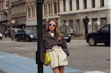 Annabel Rosendahl posiert auf einem Bürgersteig für den Fotografen.