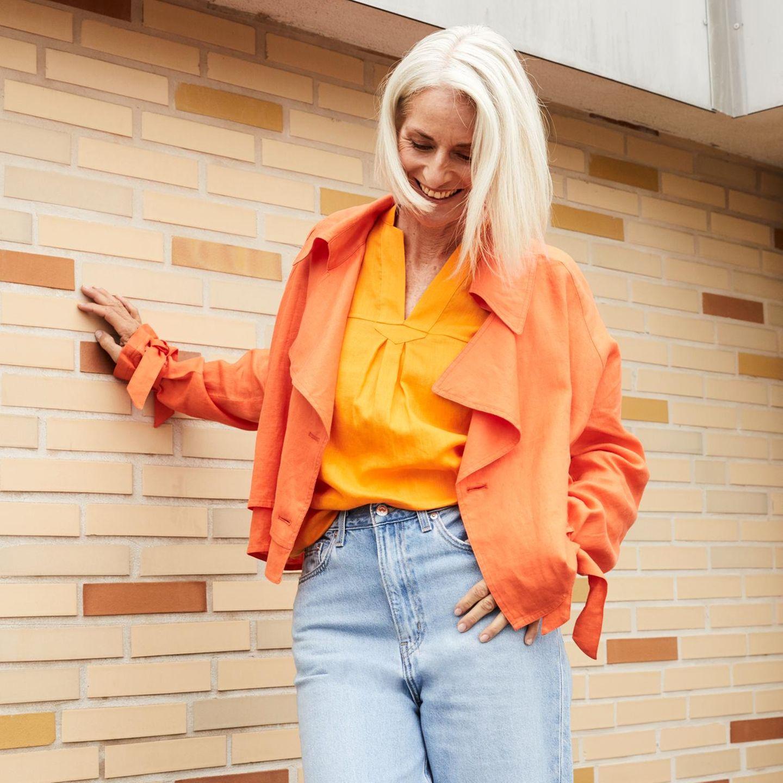 Colourblocking: Jeans mit Oberteilen in orange