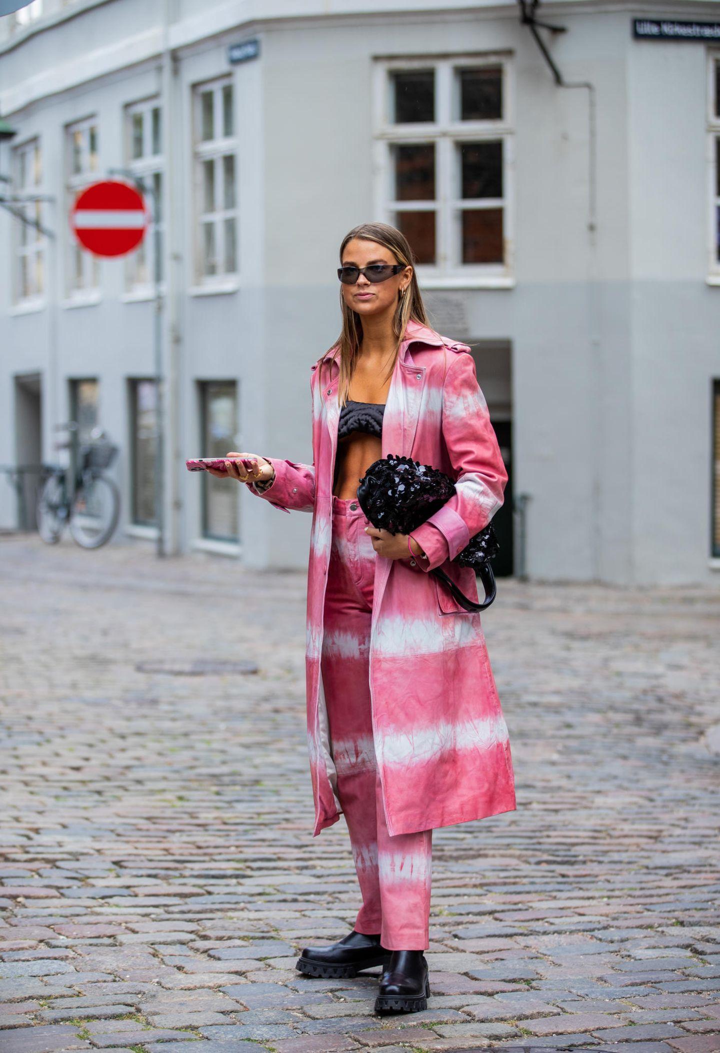 Eine Frau posiert in ihrem Outfit für die Fotografen.