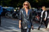 Eine Frau läuft in Copenhagen auf die Fotografen zu.