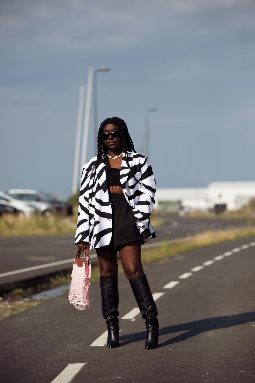 Lois Opoku posiert für den Fotografen.