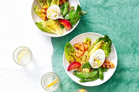 Salatherzen mit Burrata und Grillpflaumen