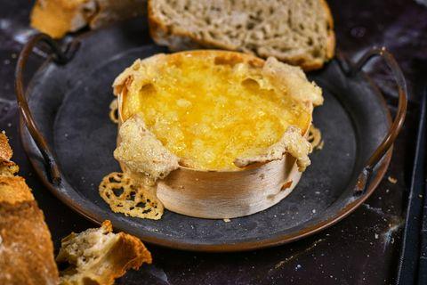 Ofenkäse in der Schwangerschaft: Frischer Ofenkäse auf einem Teller