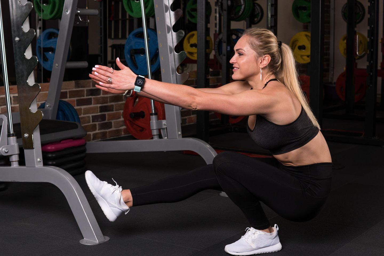Pistol Squats: Frau führt Pistol Squat aus