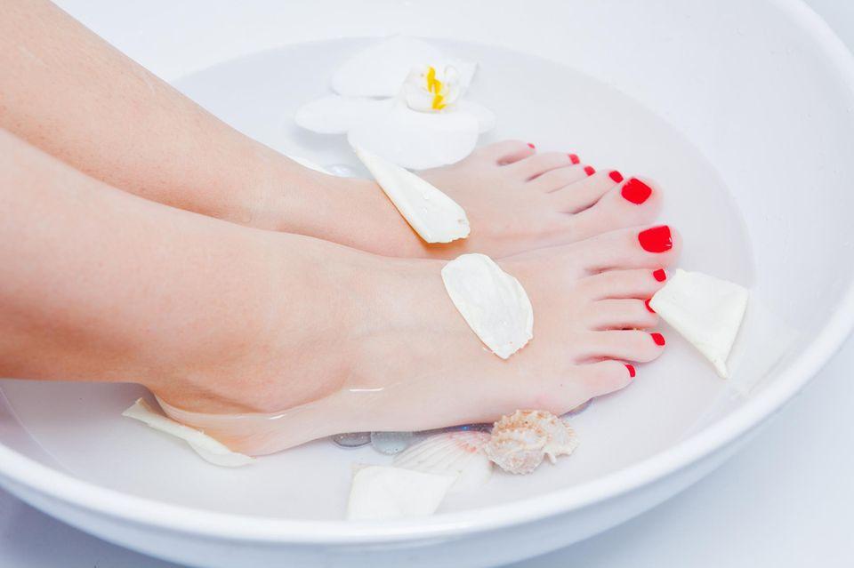 Fußpflege: Die besten Fußbäder zum Selbermachen