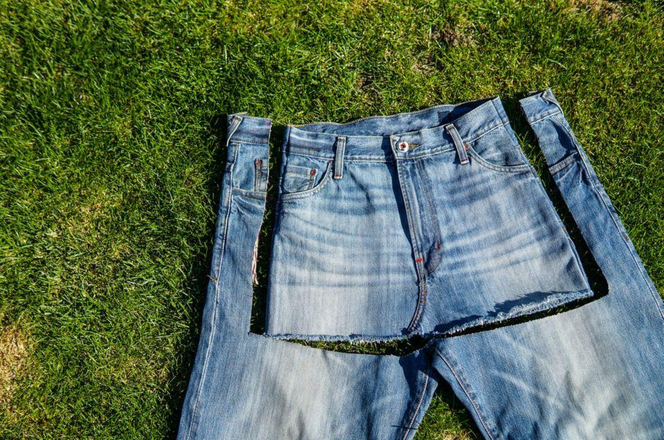 Upcycling-Ideen für Jeans: Jeansrock geschneidert aus Jeanshose