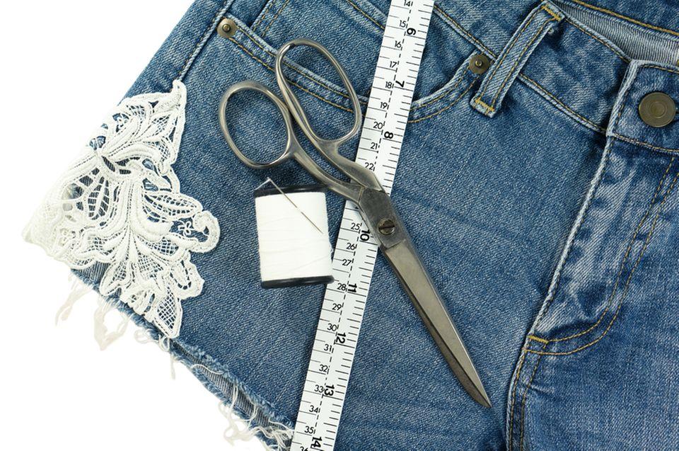 Upcycling-Ideen für Jeans: Spitzen-Applikation