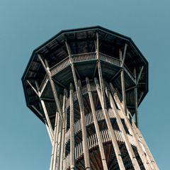 Ganz in der Nähe von Lausanne schraubt sich der 35 Meter hohe Aussichtsturm von Sauvabelin in die Höhe. Seine Wendeltreppe wurde Leonardo da Vincis Aufgang im Château de Chambord, Frankreich, nachempfunden, der Ausblick ist spektakulär.