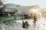 Die Basler:innen lieben bei warmen Temperaturen das Schwimmen im Rhein – aber auch das Bad in einem der vielen öffentlichen Brunnen, also nicht wundern, wenn man badende Menschen mitten in der Stadt sieht. Einfach dazugesellen und entspannen!