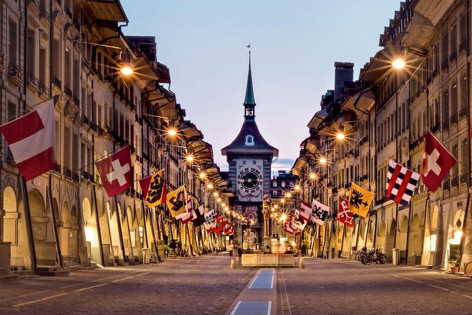 Die märchenhafte Altstadt von Bern gehört zumUNESCO-Weltkulturerbe. Im Schutz der mittelalterlichen Arkaden fühlt man sich, wie in eine andere Zeit gebeamt.