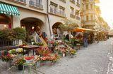 """Wer Dienstag oder Freitag in Bern ist: Unbedingt auf den großen Markt, """"Märit"""", gehen. Auf dem Waisen-, Bären- und Bundesplatz und in den angrenzenden Gassen werden frische Blumen, Obst und Gemüse verkauft.Hier kann man natürlich selbst Einkäufe erledigen, aber auch schlendern und sich inspirieren lassen."""