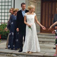 Schon am 23. August 2001, also zwei Tage vor ihrer Hochzeit mit Prinz Haakon,zeigte sich Mette-Marit in einem Kleid, das durchaus als legeres Brautkleid durchgehen könnte. Das weiße Dress mit Abnähern am Saum kombinierte sie zu goldenen Ballerinas. In Sachen Haarstyling setzte Mette-Marit auf einen tiefen Seitenscheitel und viele in die Haare eingeflochtene Bänder – so wie man es damals eben trug.