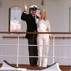 Den Tag vor ihrer Hochzeit nutzten Prinz Haakon und Mette-Marit für eine Bootstour. Die Braut in spe wählte auch hierfür die Farbe weiß. In heller Leinenhose mit Streifen und cremefarbenem Cashmerepullover wollte Mette-Marit offenbar schon einmal Brautluft schnuppern.