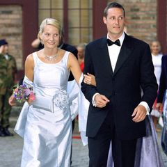 Einen Abend vorihrer Hochzeit luden Mette-Marit und Prinz Haakon zu einem Galadinner auf Schloss Akershus ein. Die Braut in spe entschied sich für einen Brautkleid-inspirierten Look bestehend aus einem zartblauen Satindress mit farbig passendem Bolero und Blumenapplikation. Die Clutch in selbigem Blauton fügte sich harmonisch ins Bild.