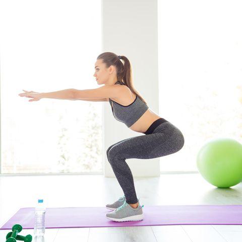 Po-Übungen: Frau macht Kniebeugen