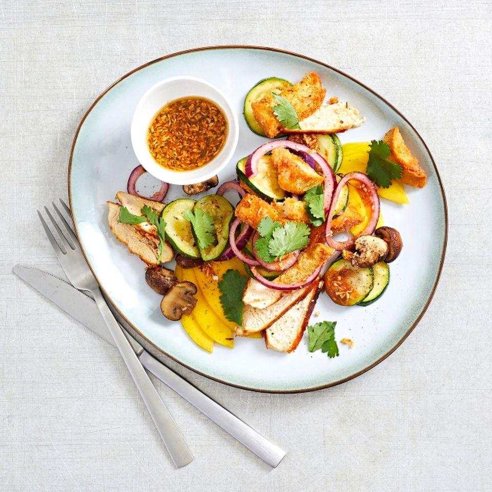 Hähnchen auf Mango-Brot-Salat