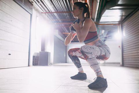 Kraftübungen: Frau beim Goblet Squat