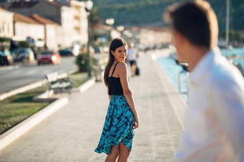 5 Zeichen, dass dein Ex nicht über dich hinweg ist