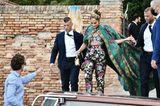 Einen ganz besonderen Eindruck macht auch Style-Göttin Jennifer Lopez in ihrem floralen Outfit von Dolce & Gabbana. Sogar beim Einsteigen ins Wassertaxi.