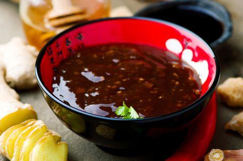 Teriyaki Sauce in einer kleinen Schüssel